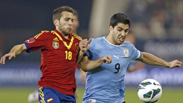 Spaniens Jordi Alba (links) und Uruguays Luis Suarez im Zweikampf.