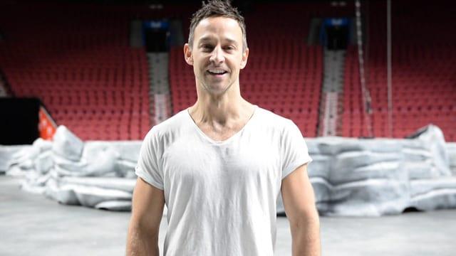 Nick Beyeler im weissen T-Shirt in einer Turnhalle.
