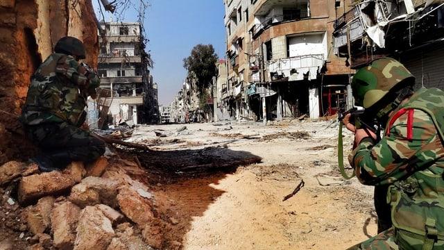 Soldaten der Syrischen Armee schussbereit in den Strassen von Damaskus.