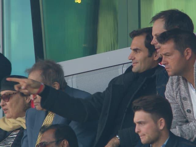 Roger Federer, begleitet von Arthur Cohn und Severin Lüthi, beim Spiel Basel-Xamax.