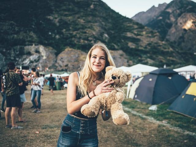 Jennifer (19) aus Zermatt und ihr Teddybär.