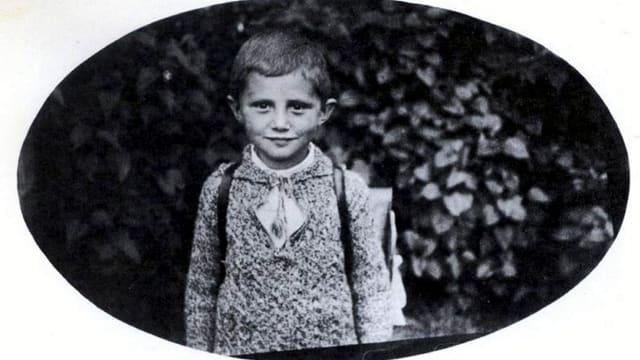 Kinderfoto des Papstes, schwarz/weiss mit Schulranzen