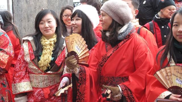 Chinesinnen in traditionellen chinesischen Gewändern.