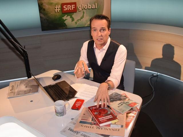 Moderator Florian Inhauser im neuen Studio von «#SRFglobal».