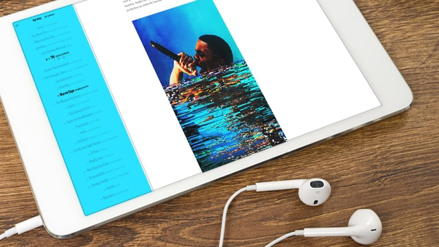 Ein Tablet mit Kopfhörern. Aud dem Tablet ist ein Sänger zu sehen.
