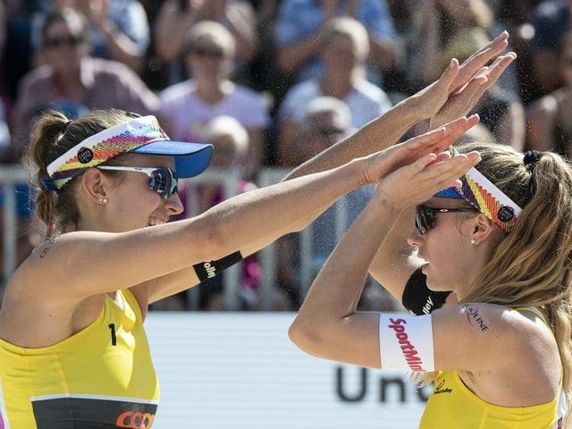 Nina Betschart und Tanja Hüberli klatschen ab.