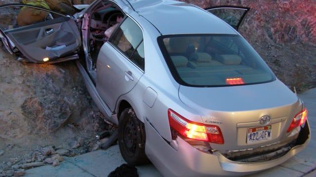 Demoliertes Auto am Strassenrand