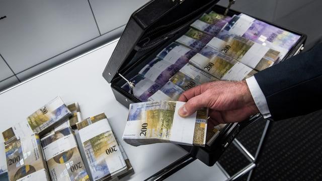 Purtret d'ina valischa cun en bancnotas francs.
