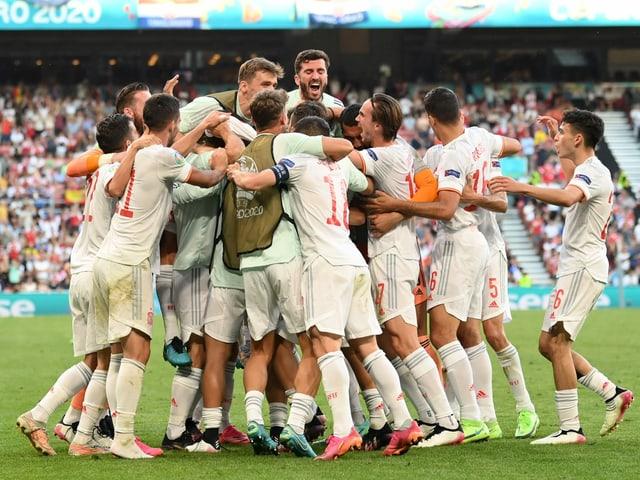 Alle spanischen Spieler jubeln gemeinsam über ein Tor.