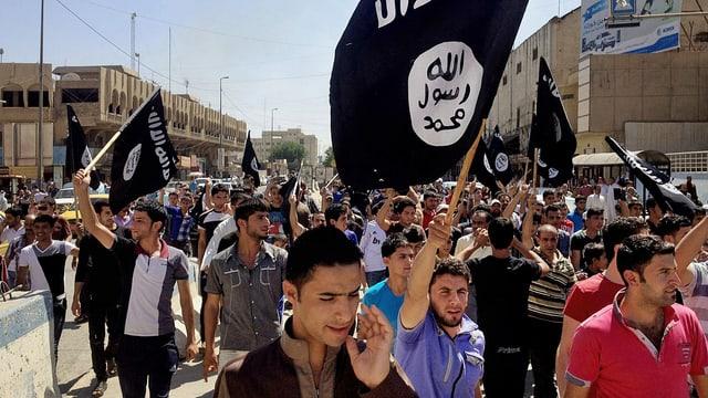 Demonstrationszug mit IS-Fahnen.