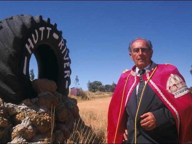 Prinz Leonard vom Fürstentum von Hutt River posiert vor einem grossen Traktorreifen.