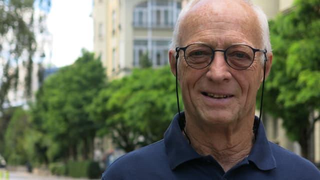 Ein Mann mit Brille.