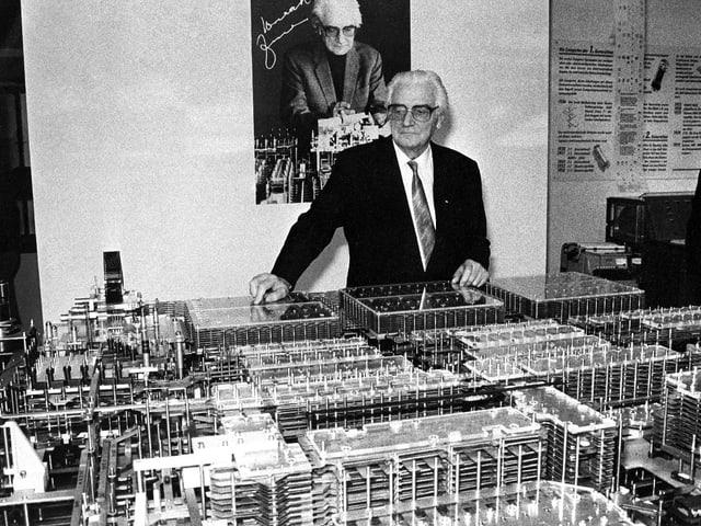 Ein Mann im Anzug steht vor dem Nachbau des von ihm entworfenen Computermodells.