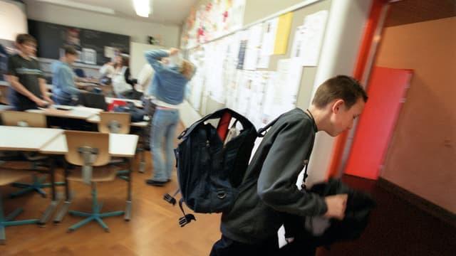 Ein Sekundarschüler schleicht sich aus dem Unterricht.
