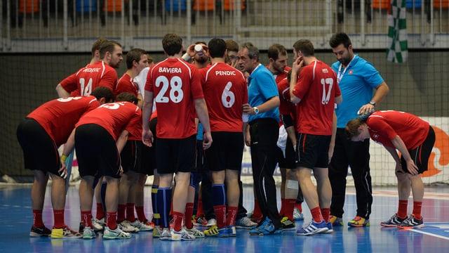 Die Schweizer Handball-Nationalmannschaft schwört sich auf ein Spiel ein.