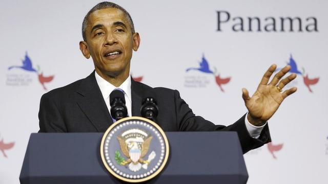 Obama hinter einem Rednerpult.