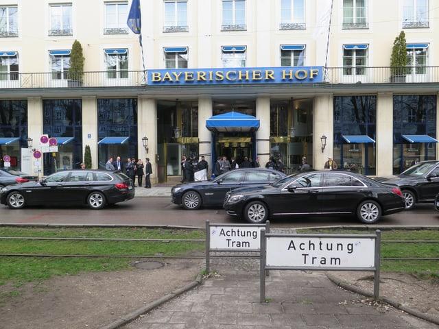 Blick auf den Eingang des «Bayerischen Hofs», mehrere edle Fahrzeuge der Staatsvertreter sind zu sehen.n.