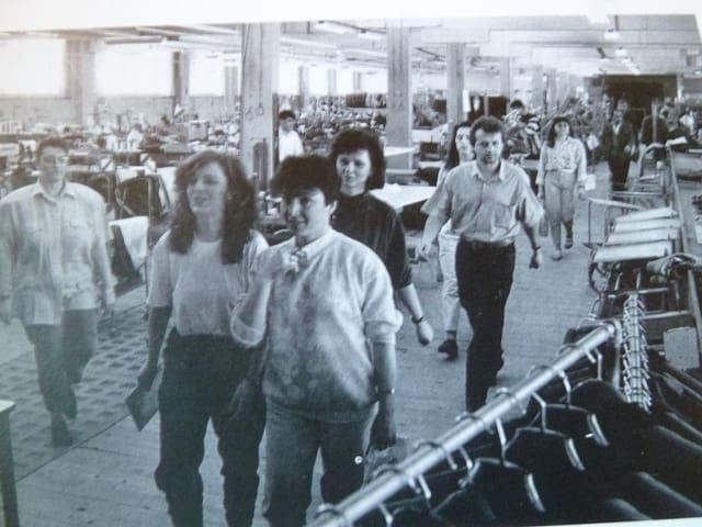 Die Arbeiterinnen gehen in die Pause. Vorne rechts Carmen Castro in Hose und Kurzhaarschnitt.
