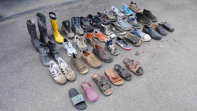 Schuhauslage - alle gestohlenen Schuhe sind feinsäuberlich aufgereiht.