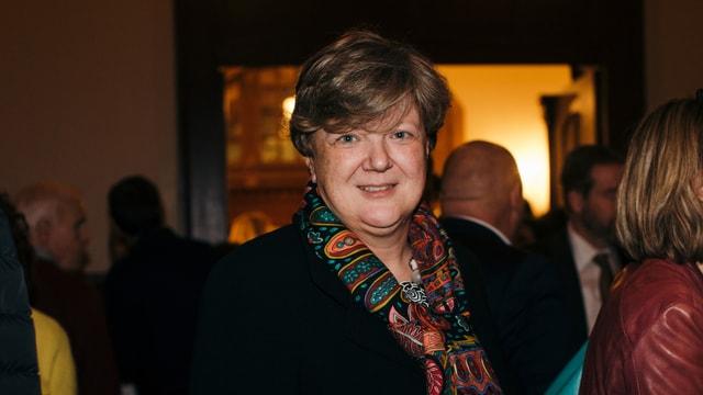 Eine Frau mit Schal.