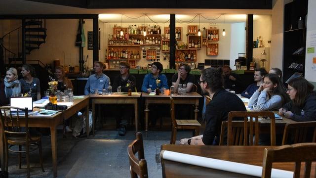 la runda da giuvenils en la Werkstatt a Cuira durant las discussiuns e reflexiuns davart la baselgia