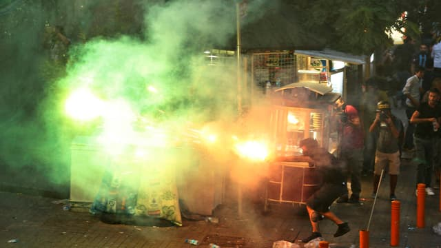 Demonstranten werfen Raketen.