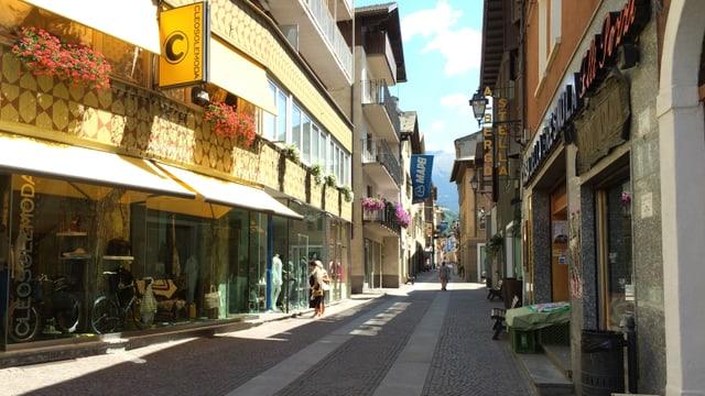 Via principala en il center da Bormio.