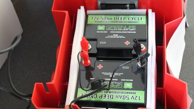 Batterie in einer roten Kiste.