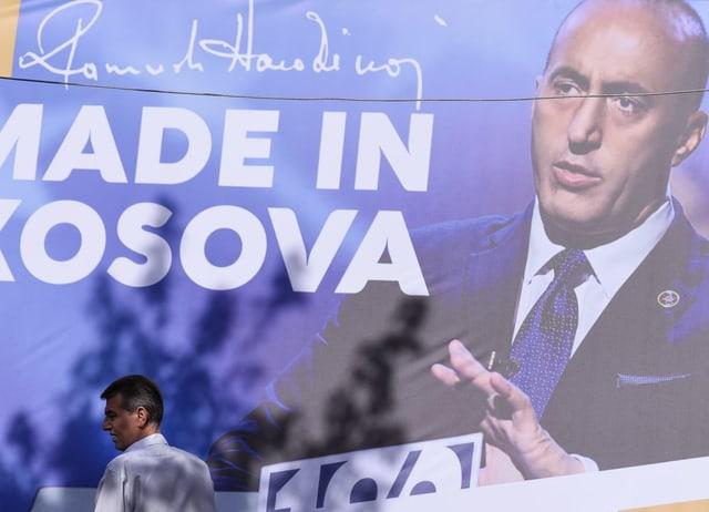 Ramush Haradinaj auf Wahlplakat in Kosovo