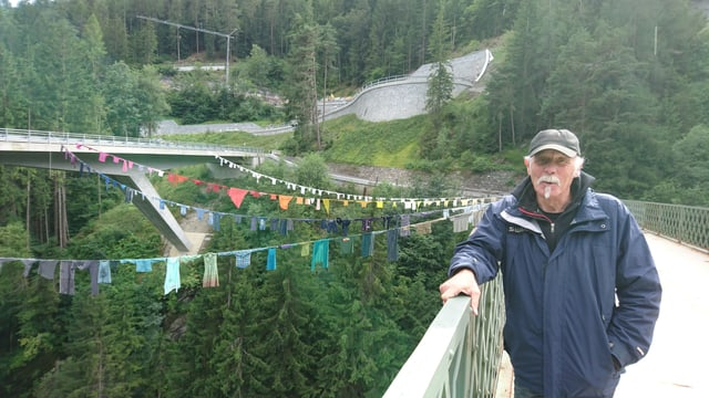 "Fis Guldimann davant l'installaziun ""Bridge Sewing"" da Jaffa Lam."