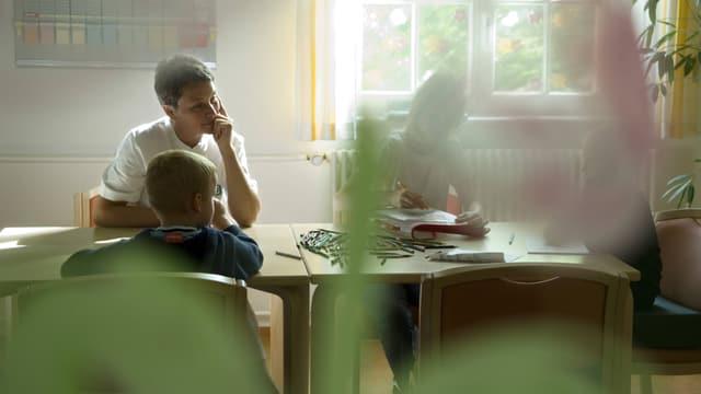 Zwei Kinder in einer Therapiesitzung