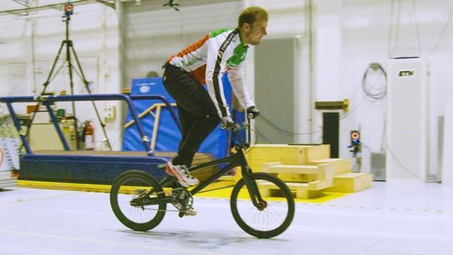 David Graf auf seinem BMX in einem Testraum der ETH Zürich.
