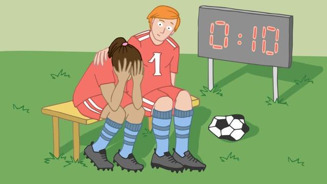 Ein Mann legt den Arm um eine Frau, die neben ihm auf einer Bank sitzt. Daneben liegt ein Fussball.