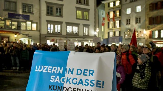 Demonstration gegen die Abbaupläne der Luzerner Regierung auf dem Kornmarkt in der Stadt Luzern.