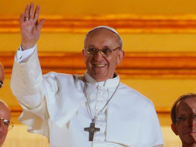 Der Papst winkt das erste Mal vom Balkon.