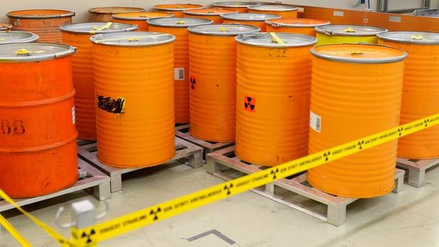 Orange Fässer, gelbes Absperrband.