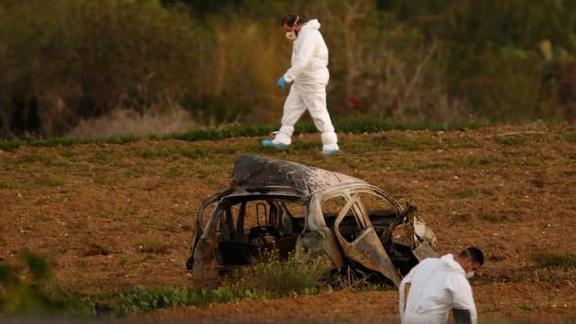 Zerstörter Wagen auf einem Feld