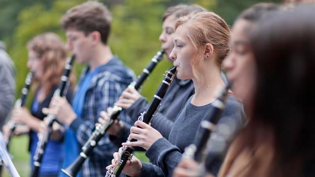 Scolaras e scolars che sunan clarinetta.