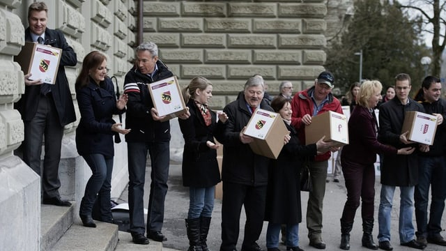 Activists da la PPS e politichers durant l'inoltraziun da l'iniziativa ils 28-12-2012 a Berna.