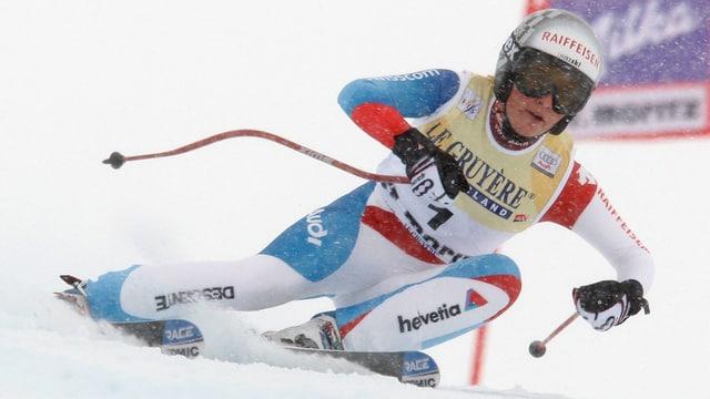 Lara Gut fährt in St. Moritz rechts an einem Tor vorbei.