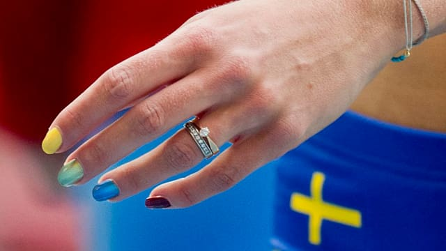 Die lackierten Fingernägel von Emma Green-Tregaro.