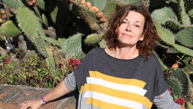 Milena Moser vor einem Kaktus.