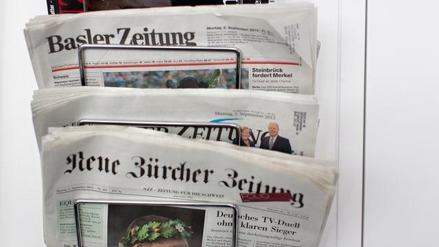 ein Zeitungsständer mit verschiednenen gedruckten Zeitungen