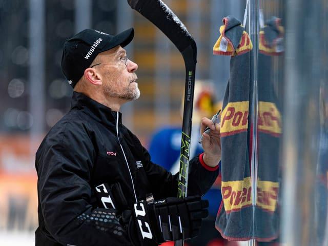 Steht er beim SC Bern auch nächste Saison an der Bande? Hans Kossmann.