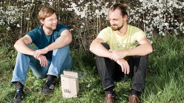 Claudio Sedivy und Thomas Strobl auf einer Wiese mit einem Bienen-Häuschen