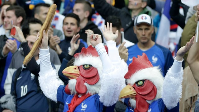 2 fans travestids da chicher gallic en il stadion da Saint-Denis.