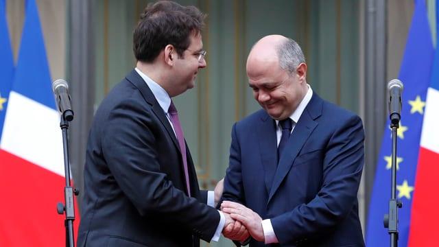 Stabsübergabe:  Bruno Le Roux (rechts) übergibt die Amtsgeschäfte seinem Nachfolger Matthias Fekl.