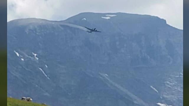 Die JU-52 beim Berg Chamm im Kanton Glarus.