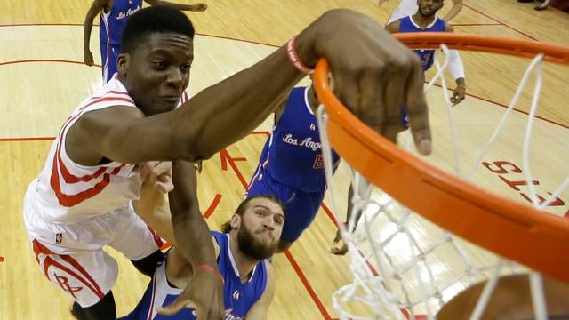Basketballer mit Dunking.