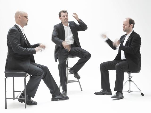 Ein Foto der Band VEIN. Die Musiker halten ihre Hände so, als würden sie musizieren.